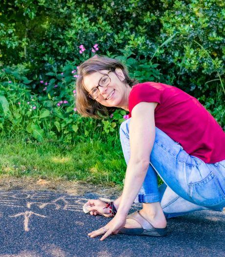 Botanisch stoepkrijten is de nieuwe rage en zo werkt het: 'Ik kom meer in contact met wat groeit en bloeit'