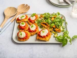Wat Eten We Vandaag: Kip Parmezaan met salade van gegrilde groenten