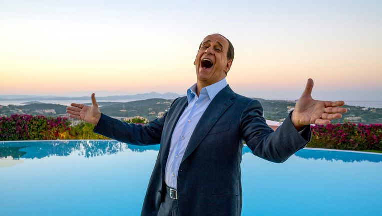Berlusconi heeft ook in speelfilm Loro een uiterst kunstmatige glimlach, maar blijkt gaandeweg vooral een tragisch figuur. Beeld Loro
