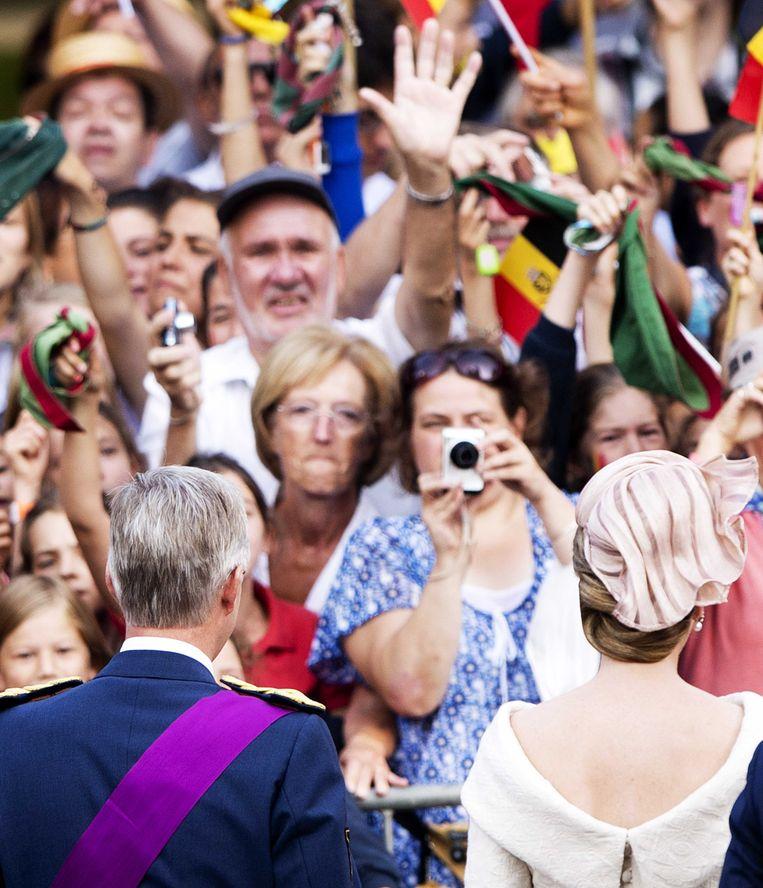 2013-07-21 BRUSSEL - Prins Filip en prinses Mathilde begroeten toeschouwers bij de Sint-Michiels- en Sint-Goedelekathedraal. ANP ROYAL IMAGES ROBIN UTRECHT Beeld ANP