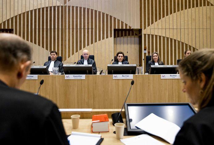 Advocaten Sabine ten Doesschate (r) en Boudewijn van Eijck (l) van verdachte Oleg Poelatov met op de achtergrond de rechtszaal in het zwaarbeveiligde Justitieel Complex Schiphol, tijdens een eerdere zitting.