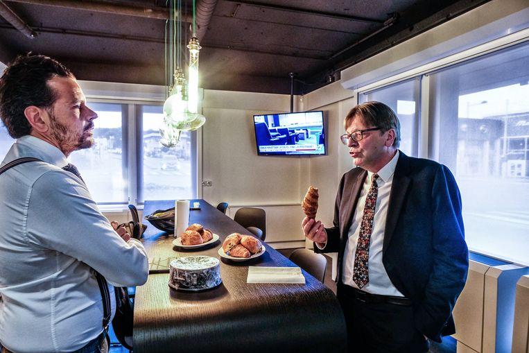 Hoofdredacteur Martin Buxant met Guy Verhofstadt.  Beeld Tim Dirven