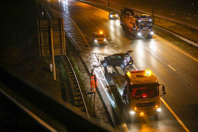 Op de A50 bij Beekbergen kwam een auto tegen de vangrail terecht.