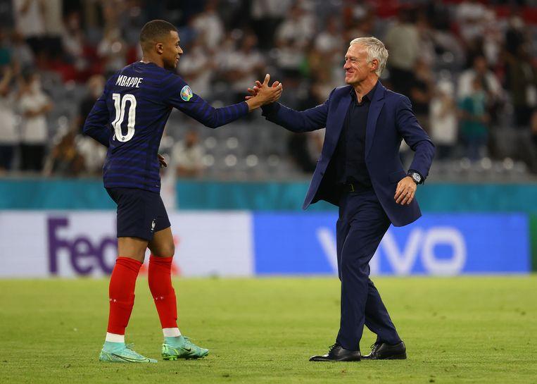 Sterspeler Mbappé met bondscoach Deschamps. Beeld Pool via REUTERS