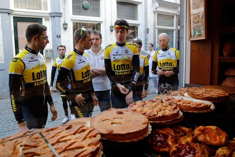 Renners van Team LottoJumbo in 2015  voor de etalage van bakkerij De Bisschopsmolen in hartje Maastricht. Wielrenners zijn al jaren vaste klant van de bakker. Beeld ANP