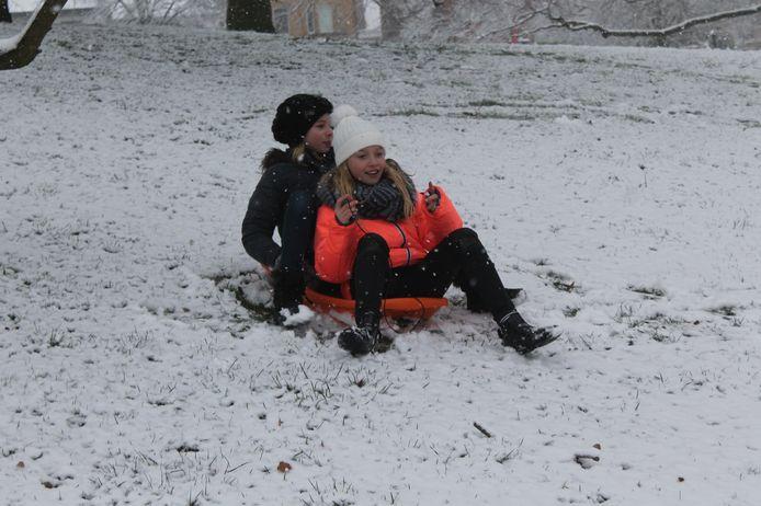 Sleeënde kinderen amuseren zich op de heuvel van het Dilbeekse gemeentehuis.