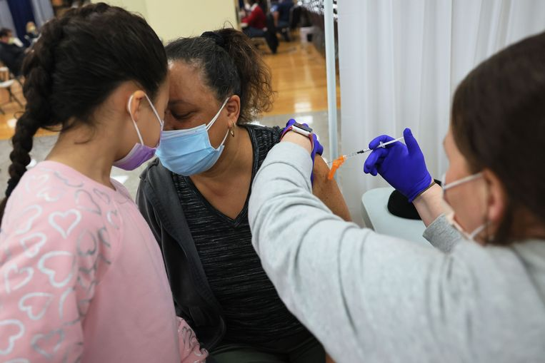 Een vrouw krijgt een vaccinatie in New York. De vaccinatiecampagne verloopt in de VS erg voorspoedig. Beeld AFP