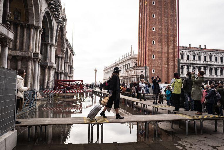 Toeristen voor de San Marcobasiliek in Venetië.