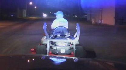 VIDEO: Burgemeester zwalpt over weg op grasmaaier én met pintje in de hand