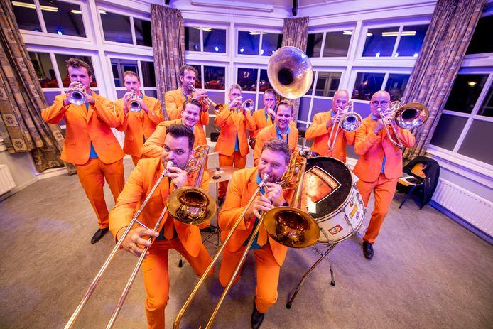 De Helderse Klepperbloazers in vol ornaat en in volle actie tijdens een repetitieavond in De Tente, het onderkomen van de Hellendoornse Harmonie.