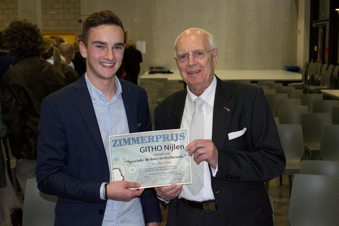 Arno Goddé ontvangt de Zimmerprijs uit de handen van Jos d'Haens.