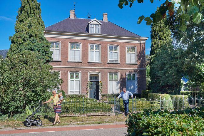 De pastorie van Huisseling met zijn bewoners Leon van Liebergen, zijn vrouw Silvia de Leeuw en kleinzoon Gijs.
