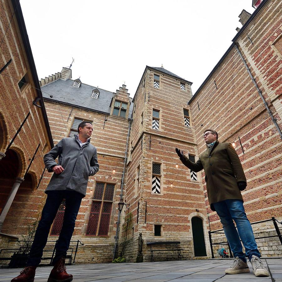 Wethouder Barry Jacons (l) en architect Laurijs Weyts geven op de Kleine Binnenplaats  tekst en uitleg over de restauratie van Het Markiezenhof.