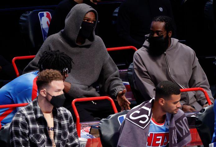 De geblesseerde sterspelers Kevin Durant en James Harden kijken toe.