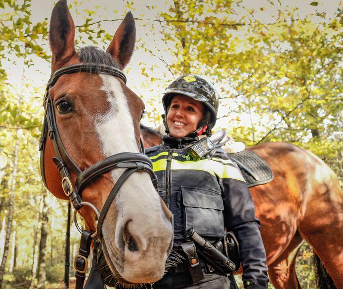 Ilse van Lieshout uit Lierop, agente te paard.
