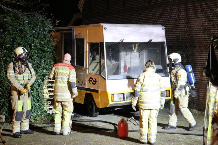 Op het terrein van de oude gevangenis aan het Wolvenplein in Utrecht is zondagavond een busje in brand gevlogen.
