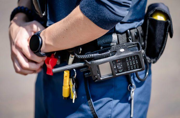 De uitrusting van handhavers is al langer een punt van zorg. Zo dragen zij tegenwoordig standaard een steekwerend vest en handboeien. Honderd handhavers zijn uitgerust met een bodycam.