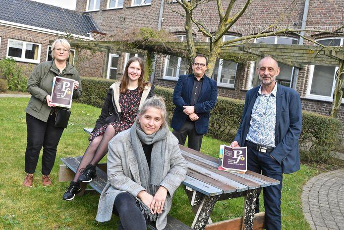 Schepen Nathalie Muylle, directeur Dirk Lievens en studenten Laurien Declercq, Johan Denys en Aurelie Lammertyn stelden de alternatieveversie van Point Final! voor.