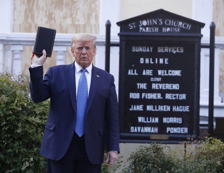 Trump brengt een bezoek aan de St. Johns Episcopal Church, de 'kerk van de presidenten'. Beeld EPA