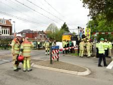 Lesauto belandt onder trein in Bussum, één dode