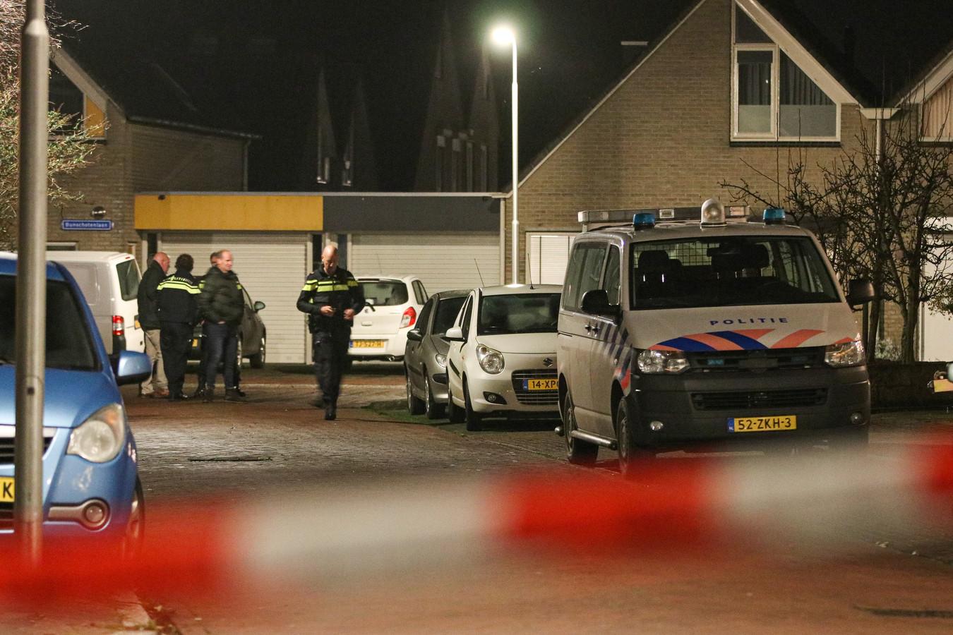 Na het schietincident op 22 december 2020 Aan de Bunschotenlaan in Emmeloord deed de politie forensisch onderzoek.