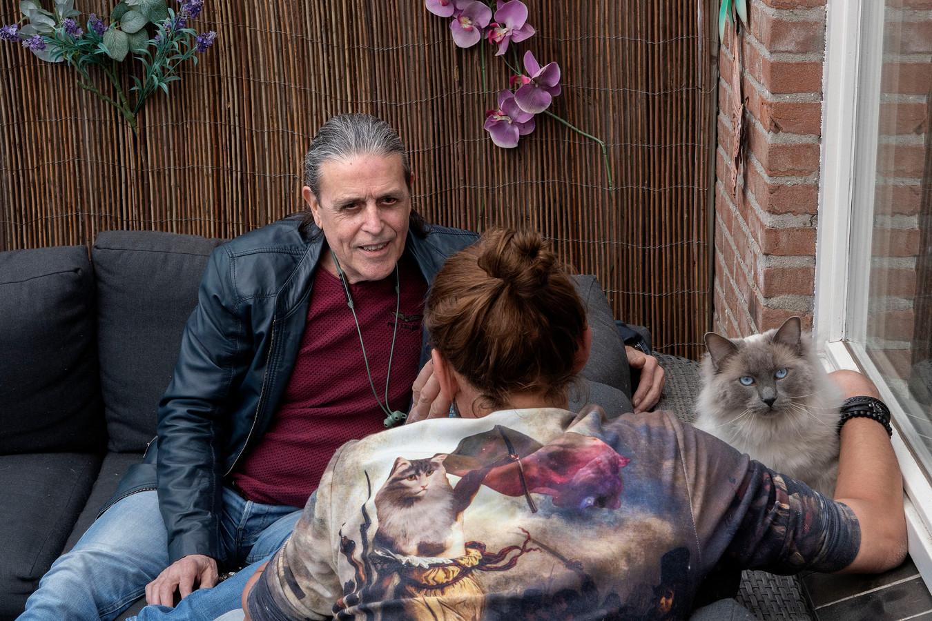 Wijk-GGD'er Joep Gorissen in gesprek met Alex, thuis in zijn achtertuin in Veldhoven.