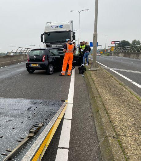 Truck tikt autootje aan: vrouw maakt draai van 180 graden en belandt overdwars op De Knoop in Deventer