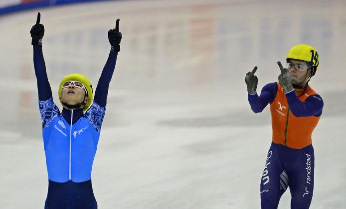 Sjinkie Knegt geeft Victor Ahn zijn beide middelvingers.