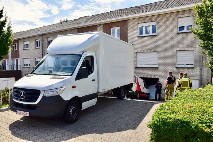 Buur Danny Vanbruwaene reed zijn lichte vrachtwagen zo snel hij kon tot dicht bij de gestrande Citroën Berlingo, in de Mandenmakersstraat in Bellegem.