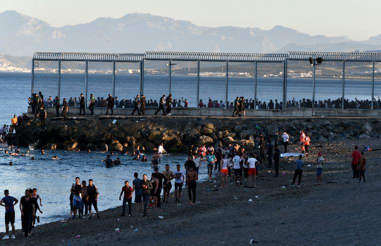 Migranten in de Spaanse enclave Ceuta. Beeld AP