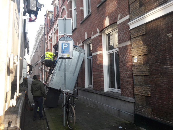 De afvalcontainer belandde ondersteboven tegen de muur van een appartementencomplex.