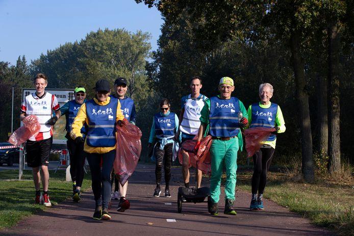 Een groep deelnemers aan de Renewi Plogging Run, met in hun gezelschap Henk van Gerven (op de foto tweede van rechts) en Rinus van Dijck (eerste van rechts).