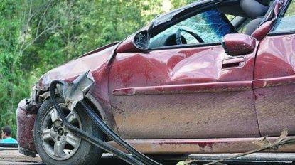 Auto belandt in voortuin na klap met andere wagen