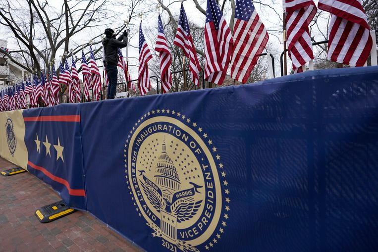 Vlaggen worden opgehangen op Pennsylvania Avenue ter voorbereiding van de inauguratie van Joe Biden als president van de Verenigde Staten.  Beeld AP