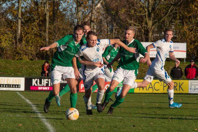 Bij SC Rouveen (groene shirts) worden spelers niet van buitenaf gehaald. Zelfs als een handvol steunpilaren vertrekt, lost de club die leegte op vanuit de eigen gelederen.