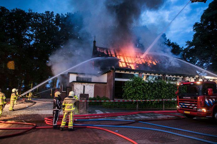 De brand in restaurant De Vier Seizoenen in Twello verwoestte het complete dak.