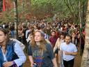 Honderden mensen dansen tussen de bomen bij het Strangelove podium.