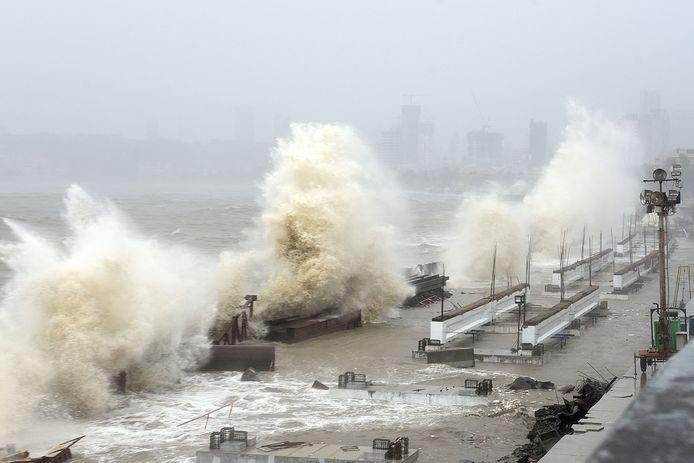 Golven slaan op de kustlijn van Mumbai, even ten zuiden van de deelstaat Gujarat.
