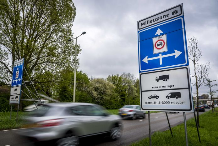 Een bord geeft het begin van de milieuzone in Rotterdam weer.