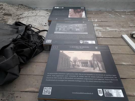 De attentietegels voor de Monumentenwandeling in Hilvarenbeek liggen klaar om geplaatst te worden.