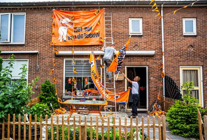 Oranje versiering wordt verwijderd.