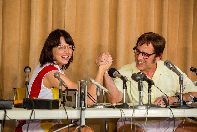 Billie Jean King (Emma Stone) en Bobby Riggs (Steve Carell).  Beeld RV