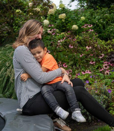 Marlinde (20) uit Elspeet is verliefd op haar Vinz (3) en wil andere tienermoeders 'zo blij mogelijk maken'
