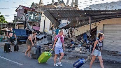 Met koffers door het puin na aardbeving