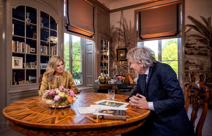Koningin Máxima in gesprek met Matthijs van Nieuwkerk tijdens een interview ter gelegenheid van haar vijftigste verjaardag.