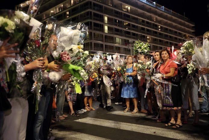 Bloemen bij de herdenkingsceremonie in Nice.