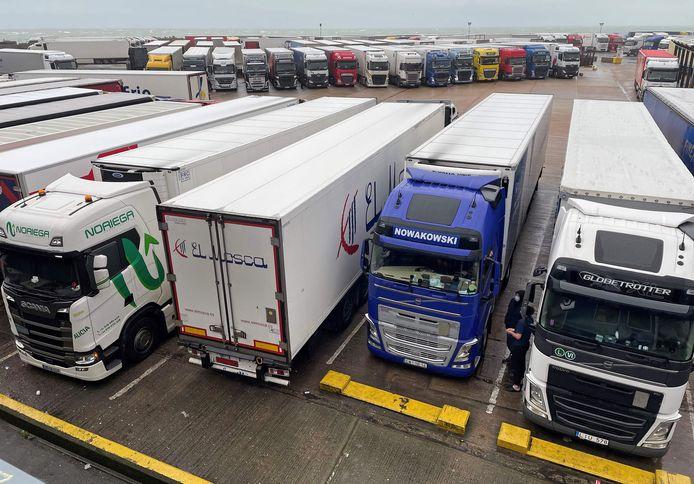 Geparkeerde vrachtwagens bij de haven van Dover.
