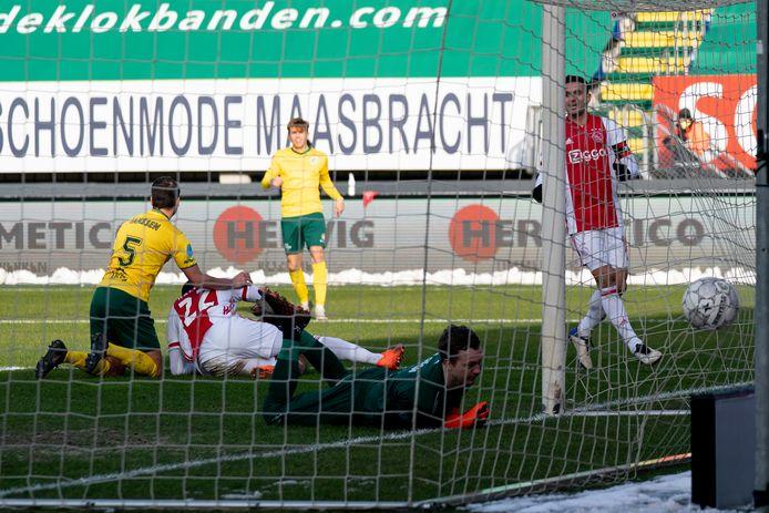 Ajax komt op een 2-1 voorsprong in Sittard via Sébastien Haller.