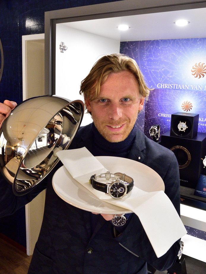 Adriaan Reijersen van Buuren met het speciale Librije-horloge van de collectie Christiaan van der Klaauw.