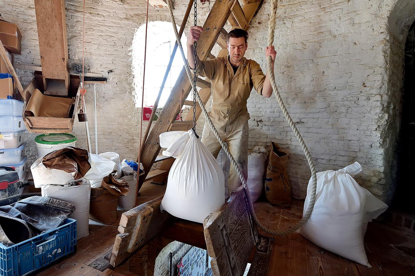 Professionele molenaar Corneel Droogers aan het werk in de Sint-Antoniusmolen in Halsteren.